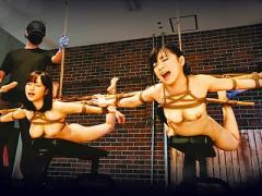 空中浮遊状態の緊縛で二人の美巨乳M女が極太ディルドを強制イラマから玩具...