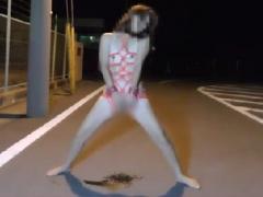 素人野外オナニー 個人撮影 道路の真ん中で潮吹きオナニーをする真性変態娘!