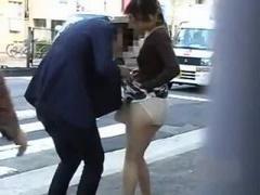 鞄にわざとスカートを絡まされて交差点でパンチラ丸出しになっちゃう清楚...