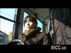 ヘンリー塚本 自分でパンティーに穴をあけバスでの痴漢に準備する痴女―今...