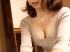 胸の谷間を見せつけて客を誘惑する淫乱セールスレディの営業方法