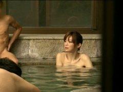 温泉旅館で男湯に入ったニューハーフが男達にレイプされる動画