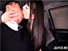 タクシーの運ちゃんが黒髪美女の濃厚ディープキスで一発堕ち! あとは目眩...