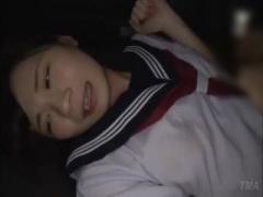 雨宿りしていたセーラー服の美少女JKが、親切心を装って近づいてきたレイ...