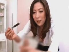 痴女医に手コキ尿道責めで悶絶させられるM男の動画