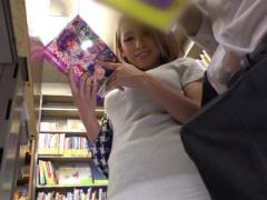本屋でエロ本を読んでる真面目な男子学生を誘惑するギャル人妻