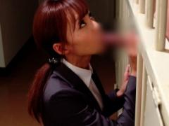 犯人の男のチンポをしゃぶり情報をつかもうとする美人女捜査官