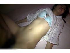 寝てる貧乳妹のパイパンマ○コをこっそり舐め回し夜這い中出し近親相姦をハ...