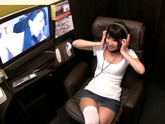 なんと湊莉久が個室ビデオに突然乱入! オナニーしたり男性客をヌイちゃったり