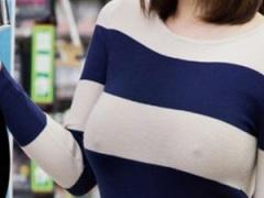 乳首 こんなクソ可愛いギャルがビデオ店で ノーブラ パンチラ 客に目をつ...