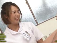 性欲旺盛な若い患者チンポに必死に平静を保とうするおばさん看護師