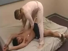 M男をベッドに拘束してくすぐり責めする白人痴女! リンパのキワキワ、わき...