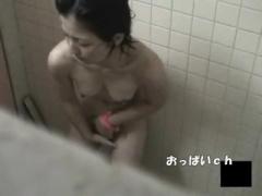 盗撮 素人 競泳水着を脱ぎ捨ててプールのシャワー室で息をひそめてオナニ...
