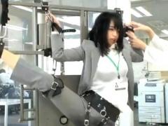 激かわSOD女子社員がY字バランスで拘束固定されて超強烈な電マ責めに大量...