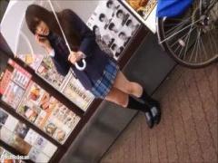 盗撮 顔撮りバッチリ! コンビニで可愛い女子校生のスカート内を逆さ撮り ...