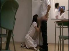 男子に迫られて他の生徒にバレないようにコッソリSEXするスレンダー女教師