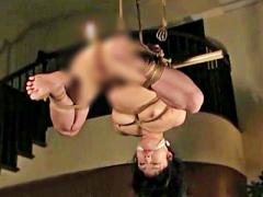 緊縛されたM女がアナルビーズを打ち込まれ緊縛逆さ宙吊り状態でロウソクを...