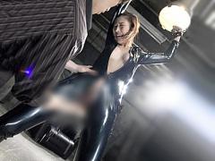 両手足を鎖で拘束されたラバースーツの巨乳美女が電マとバイブで拷問SM調...