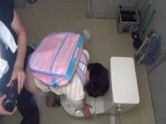 素人 童顔の女の子と個室トイレで中出しハメ撮りSEX 個人撮影