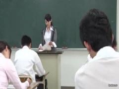 生徒たちが見つめる授業中にミニスカノーパンノーブラでリモコンローター