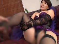 紫のコスチュームがやたらエロい巨乳熟女の鬼コキで昇天! !