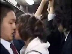 バスで痴女に手コキ逆痴漢されるM男動画