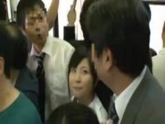 JK手コキ 電車に乗っていた制服jkがお父さんの同僚を逆痴漢して手コキし始...