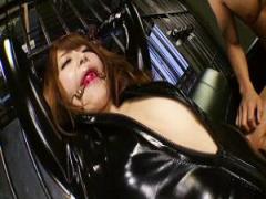 ボンデージ姿で口枷拘束された吉沢明歩が肢体を嬲る凌辱調教に悶えイキ