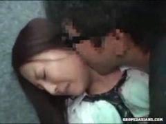 エレベーター内で痴漢されて必死に抵抗するJK動画