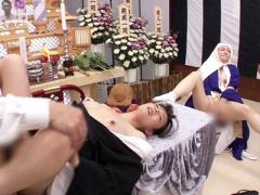 お葬式の会場で尼さんはオナニーを始め未亡人の妻は旦那の遺影の前で喪服...