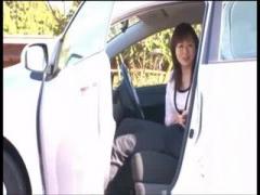 人妻さんの車でフェラ抜き動画 素人人妻さんが車でフェラ抜き 亀頭の大き...