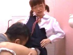 やめたげてよぉ! 華奢なメガネっ娘の○学生が人気のないトイレで中出しレイ...