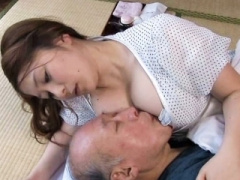 人妻 お義父さんが元気になるなら、一生懸命介護します えっ股間が元気に...