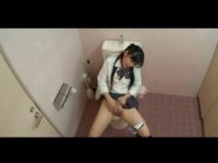 盗撮 家まで我慢できずに学校のトイレで潮噴きオナニーするパイパン美少女