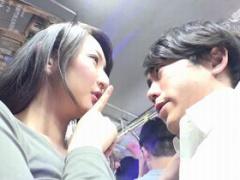 満員バスでチカンを目撃! 興奮した巨乳妻、そばにいた男子学生のチ○ポを握...
