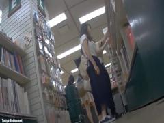 盗撮 靴に仕込んだカメラでロングスカートの美女をパンチラ逆さ撮り