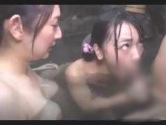 混浴温泉で母親と童顔の娘二人を同時に頂く! スケベなママの真似をして知...