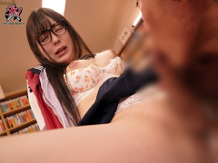 女子校生ニューハーフ泉水らん 制服姿で教室で、図書館でスラスメイトや先...