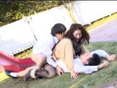 野外2穴ファック 公園でアナルとマンコの2穴にハメられる清楚な人妻熟女!