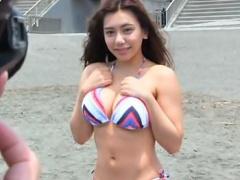 ナンパ 湘南で巨乳ビキニ美女をインタビューと称して誘い込み、デカチン見...