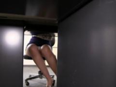 パンチラ 同僚女子社員のパンチラ! 対面の机の下から正面隠し撮り! ミニス...