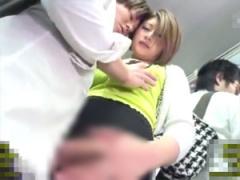 満員バスで密着してきたボイン人妻が勃起チンポを手コキ!