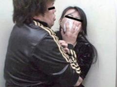 エレベーターで見知らぬ男に突然襲われてしまう人妻、クスリで眠らされて...