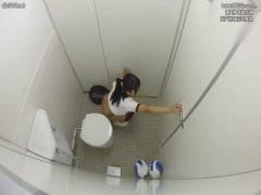 掃除の人に犯され逃げ込んだとこが男子トイレだった! 同級生が入ってきて...