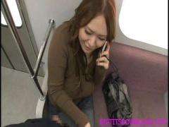 ぽっちゃり系の爆乳お姉さんが電車で電話しながらち○ぽを手コキする