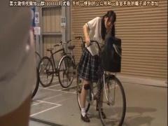 宮崎あやちゃんが車の後部座席で激しく指マンされて、パイパンマンコから...