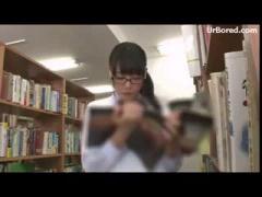 図書館でメガネのJKをこっそり痴漢動画