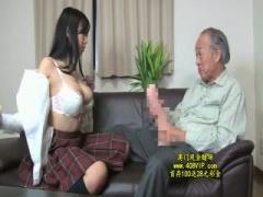 超でかいち○ぽのおじいちゃんと激しいベロチューセックスをする巨乳女子校生!
