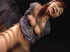 美熟女の女囚が宙吊り 三角木馬 石抱きなどのハード拷問で涎や鼻水を垂れ...