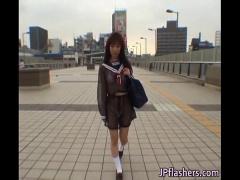 マイクロビキニに透けてるの制服で上野を逢い引きする娘